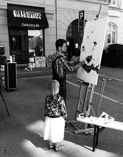 Foto af mand der maler