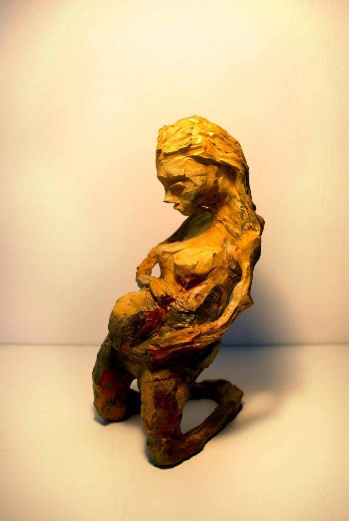 Skulpturer gravid kvinde der holder på sin mave
