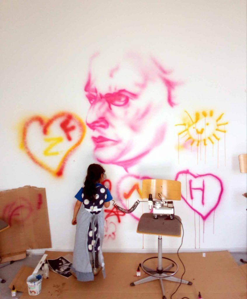 Pige maler på udrejsecenter