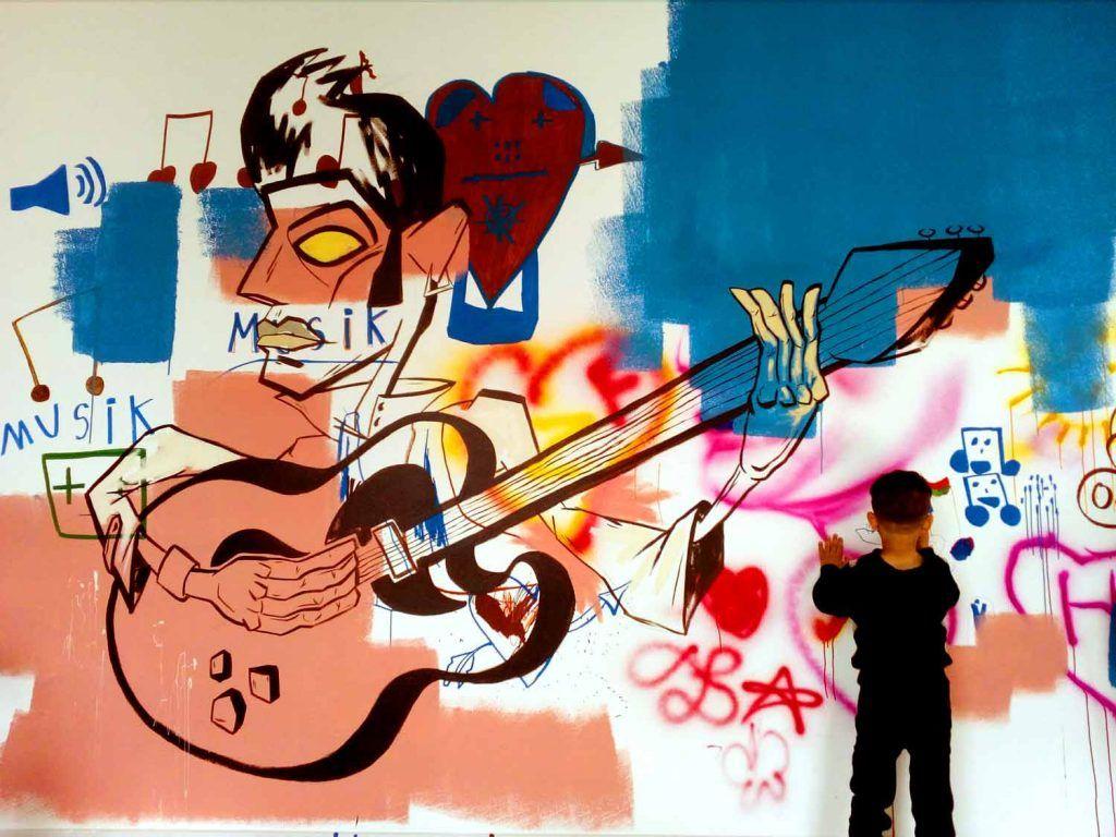 Dreng maler på udrejsecenter