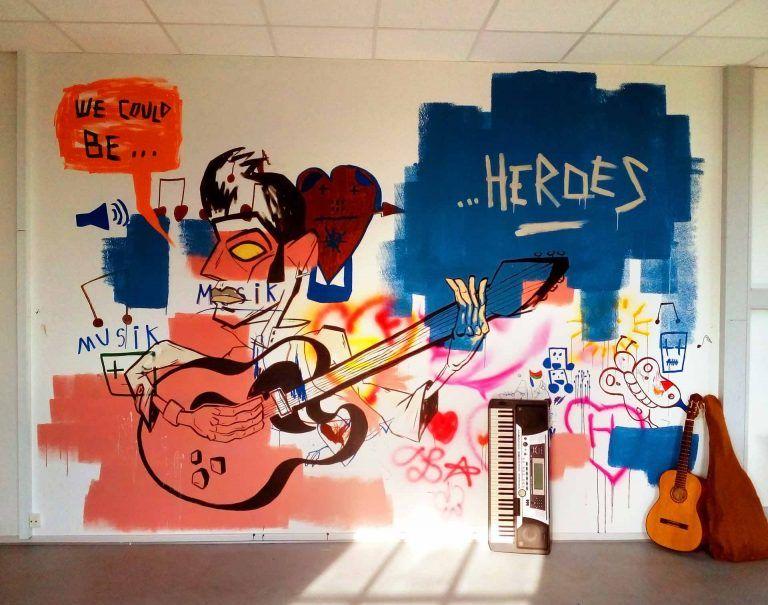 Graffiti kunstner Jakob i laver vægmaleri til musikrummet på Sjælsmark Udrejsecenter