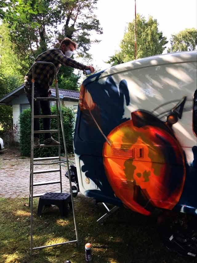 Graffiti kunstner Jakob i maler campingvogn