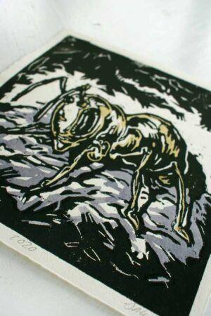 Kunsttryk med en myre der kravler rundt i gangene under jorden